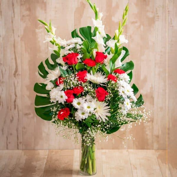 Ramo de flores para funerales en tonos rojos y blancos con envío a tanatorios de Madrid y Toledo.
