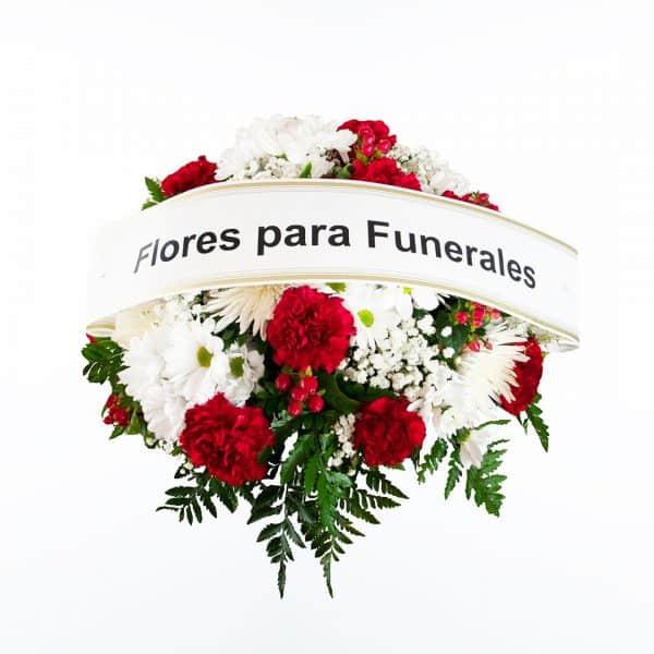 Centro de flores rojo y blanco para funeral en tonos rojos y blancos a domicilio en Madrid y Toledo con cinta de condolencias.