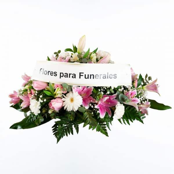 Centro de flores rosa para funeral en tonos rojos y blancos a domicilio en Madrid y Toledo con cinta de condolencias.