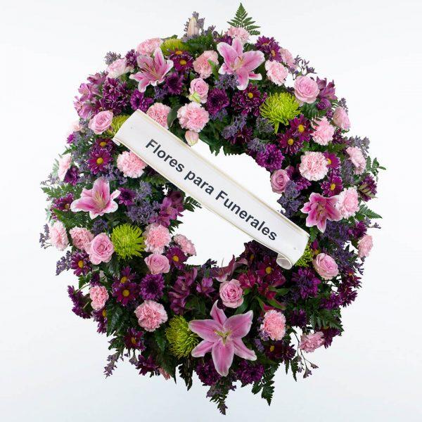 Corona de flores morada, verde y rosa para enviar a tanatorios de madrid y toledo con cinta de condolencias