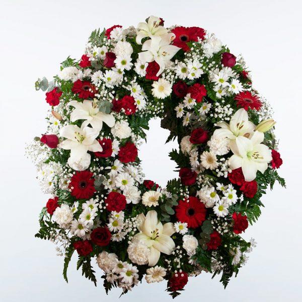 Corona de flores roja y blanca para enviar a tanatorios de madrid y toledo detalle.