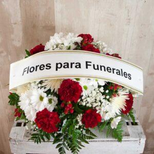 Centro de flores para funeral en tonos rojos y blancos a domicilio en Madrid y Toledo con cinta de condolencias incluida