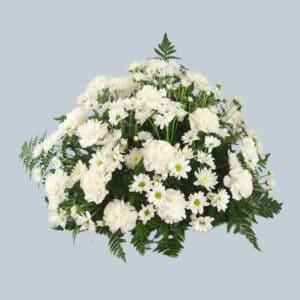 Centro de flores funerario con margaritas y claveles para enviar al Tanatorio.
