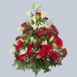 Centro de flores rojo y blanco con forma piramidal para enviar al tanatorio