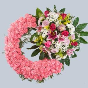 Enviar una corona de flores rosa con claveles al tanatorio.