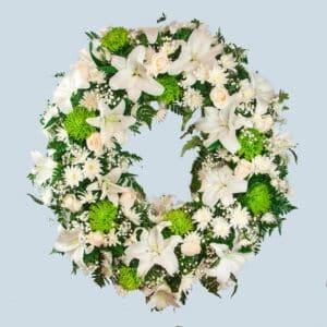 envío de corona de flores blanca al tanatorio.